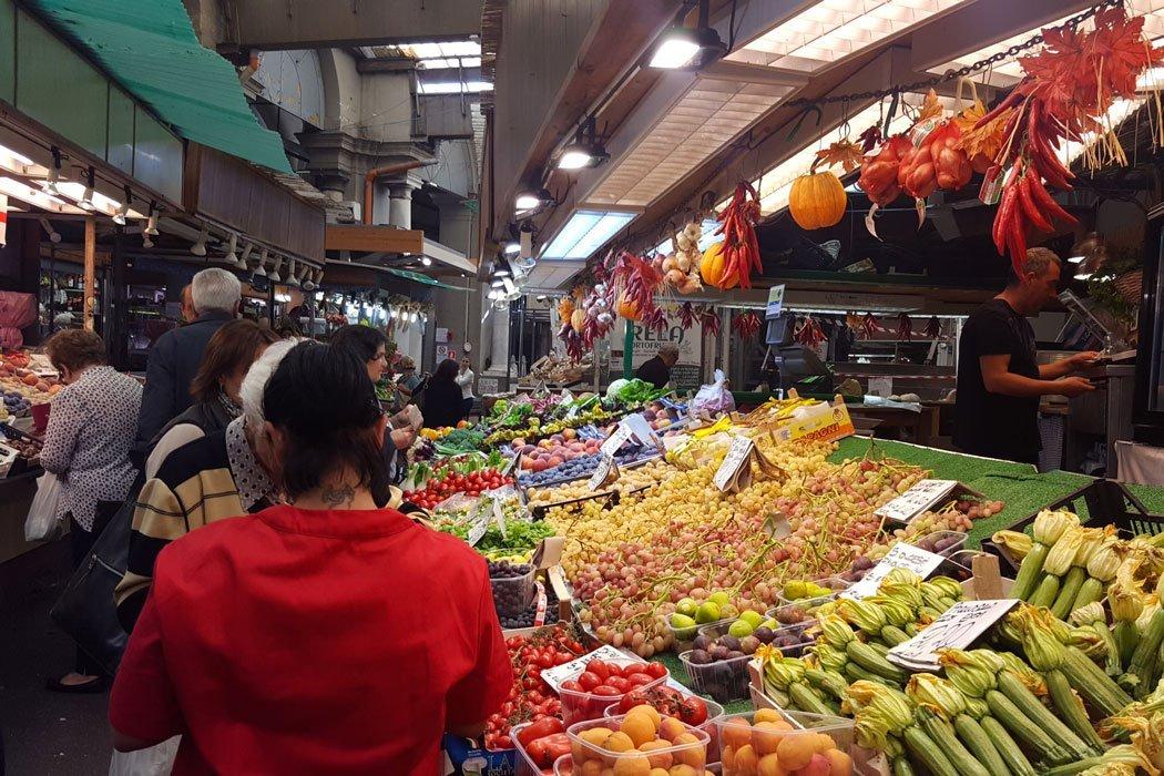 Obst- und Gemüsestand in einer Markthalle