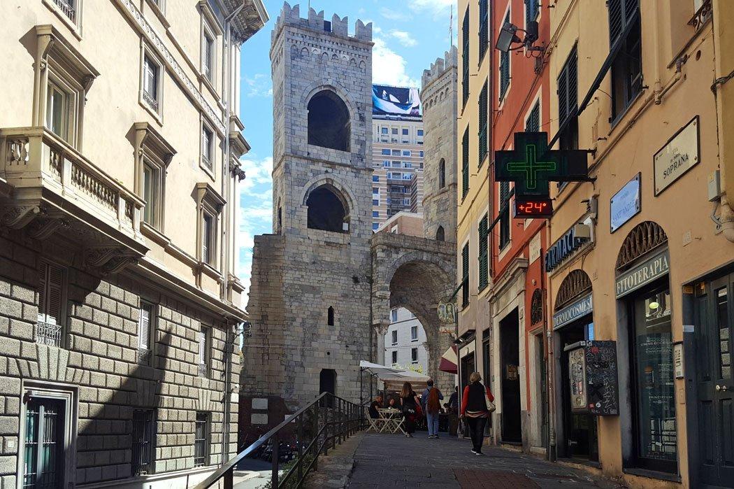 Stadttor mit Turm und Häuser drum herum