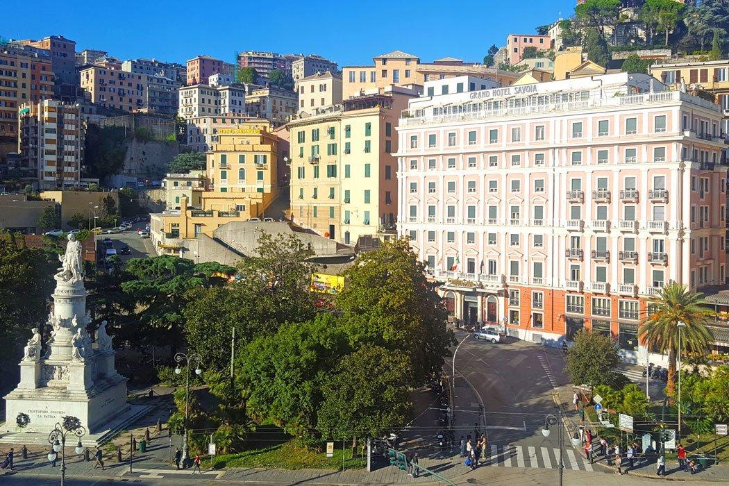 Stadtgebäude und Bäume in Genua