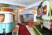Retro-Wohnwagen in Campinghalle