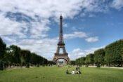 Grünflächen vor Eiffelturm