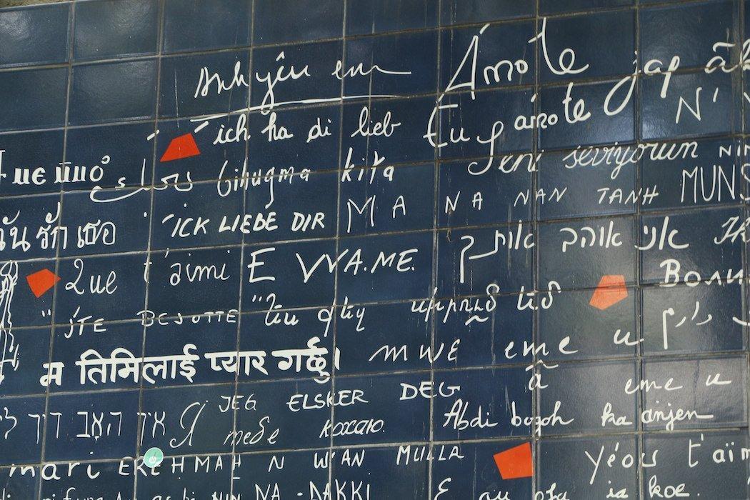Wand mit handgeschriebenen Sätzen