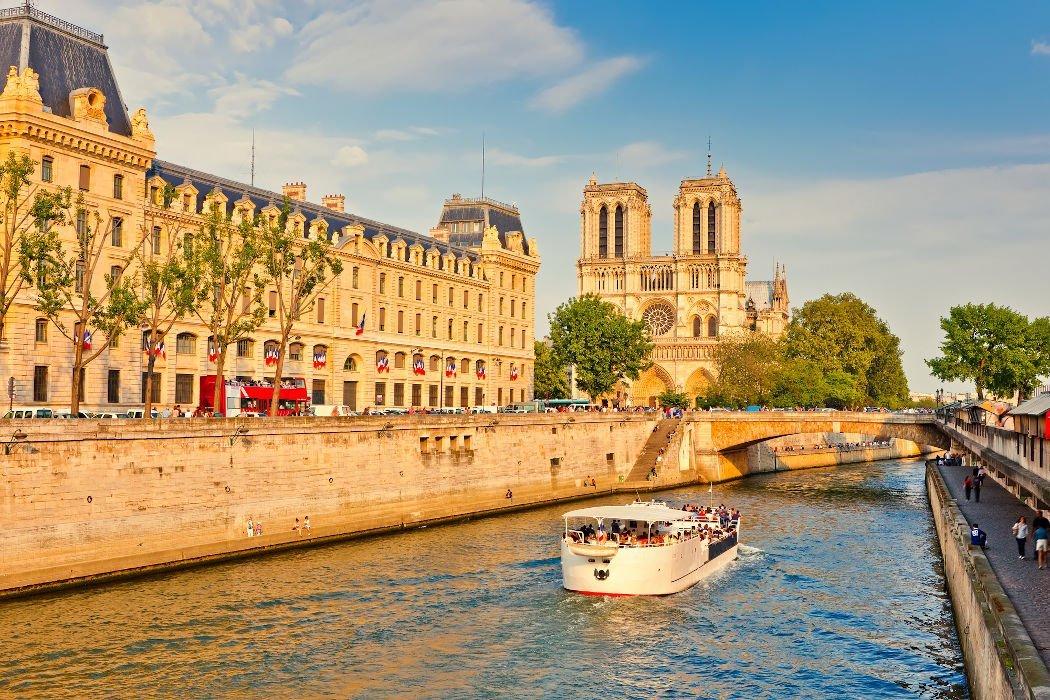 Boot auf der Seine mit Notre Dame im Hintergrund