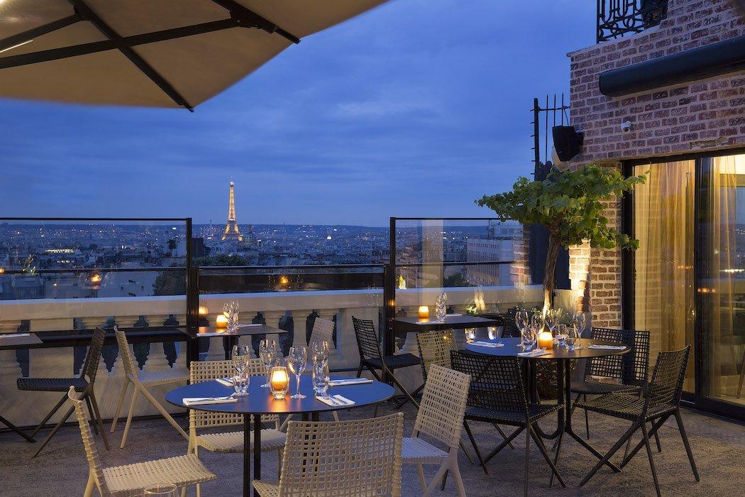 Hotelterrasse bei Nacht mit Blick auf Eiffelturm