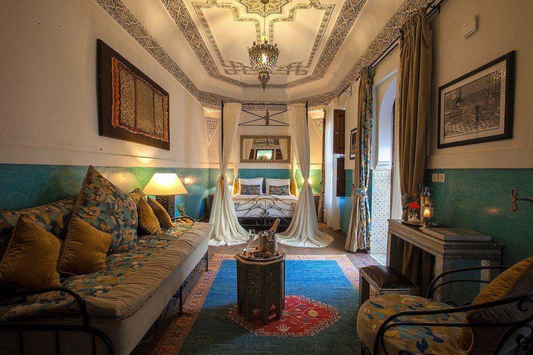 Zimmer mit Bett und typisch arabischer Einrichtung