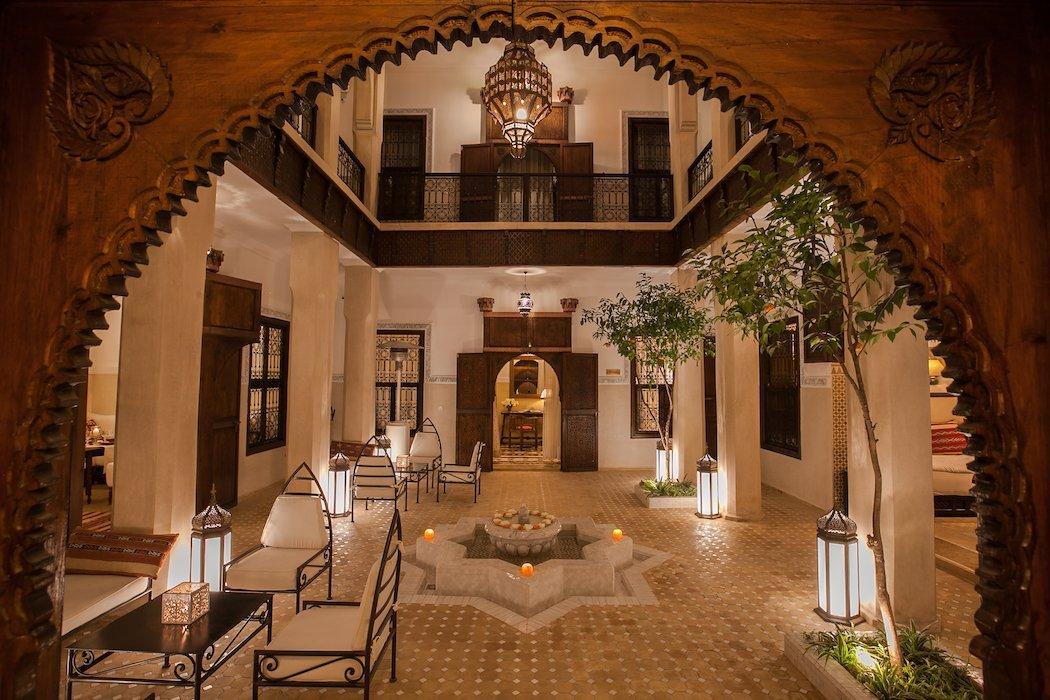 Beleuchteter Innenhof eines Riads bei Nacht