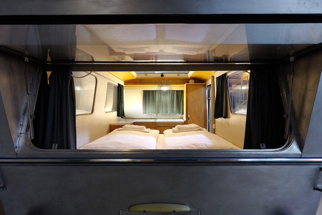 Fenster mit Blick auf das Bett im Wohnwagen