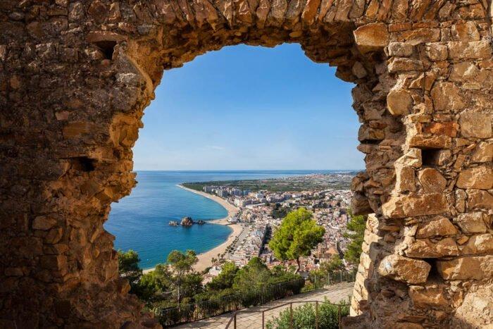 Blick durch Ruine auf Strand und Meer
