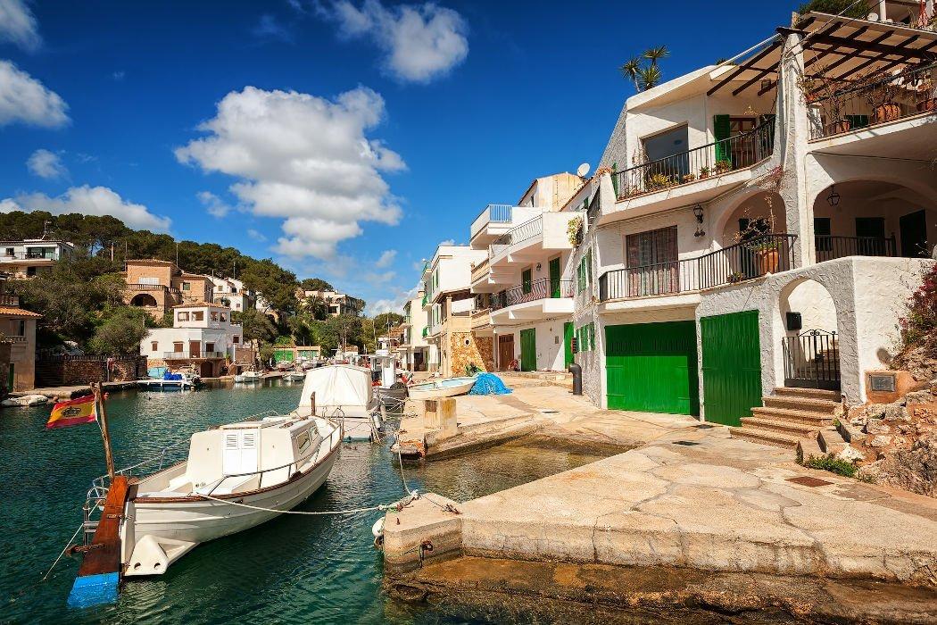 Häuser in einer Bucht und Boot im Vordergrund