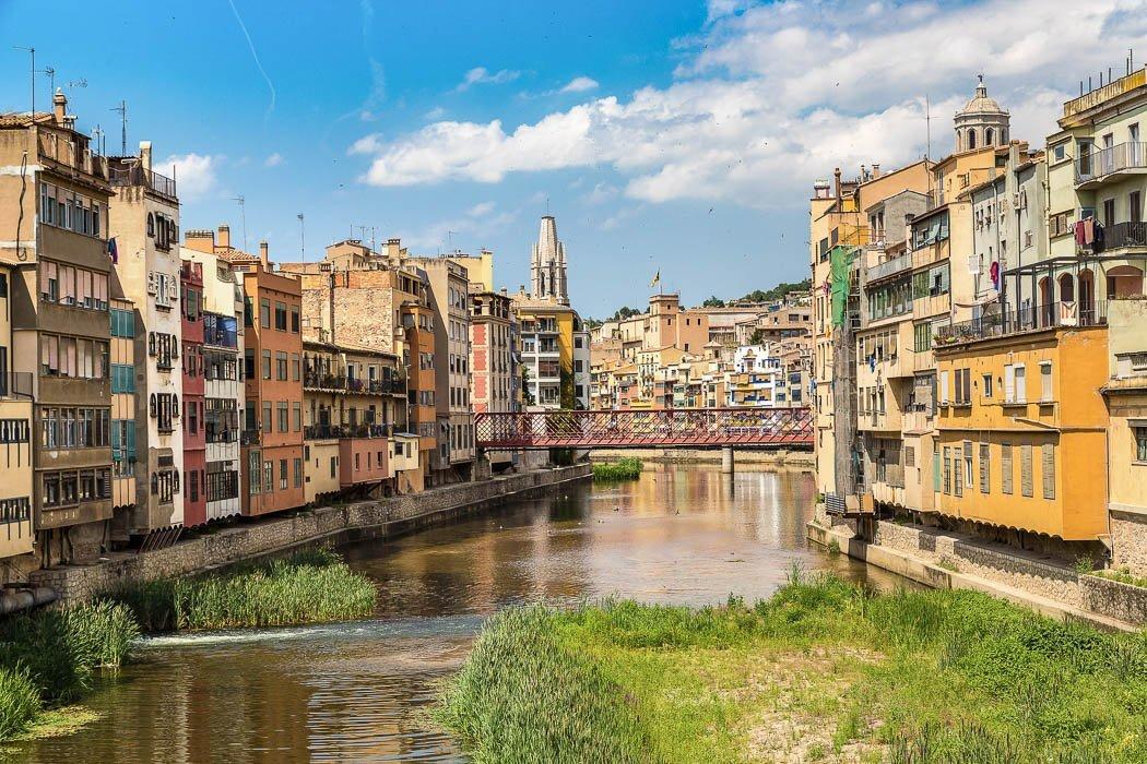 Blick auf Fluss mit Häusern