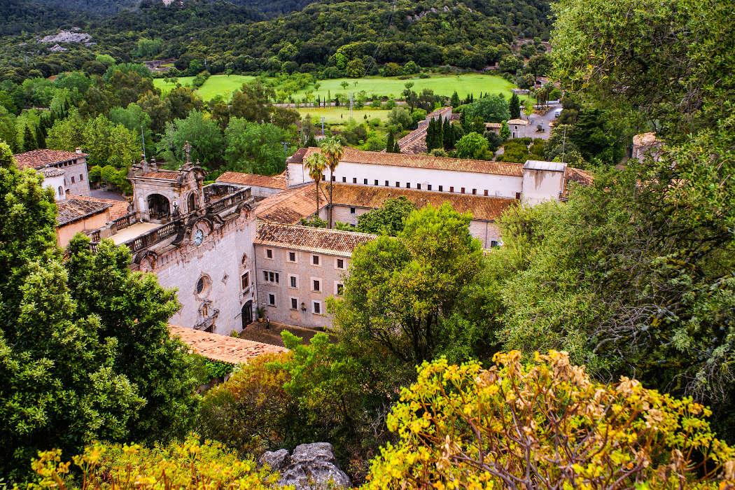 Kloster mitten in der Landschaft