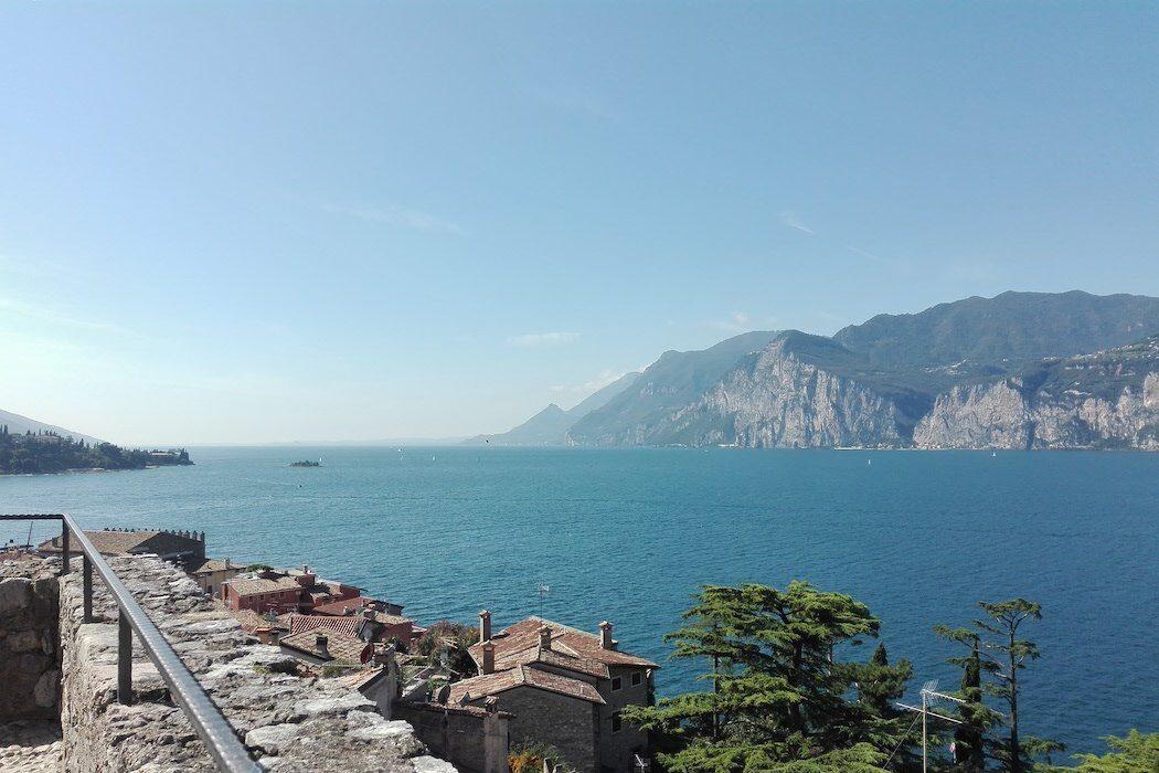 Blick auf See mit Bergen