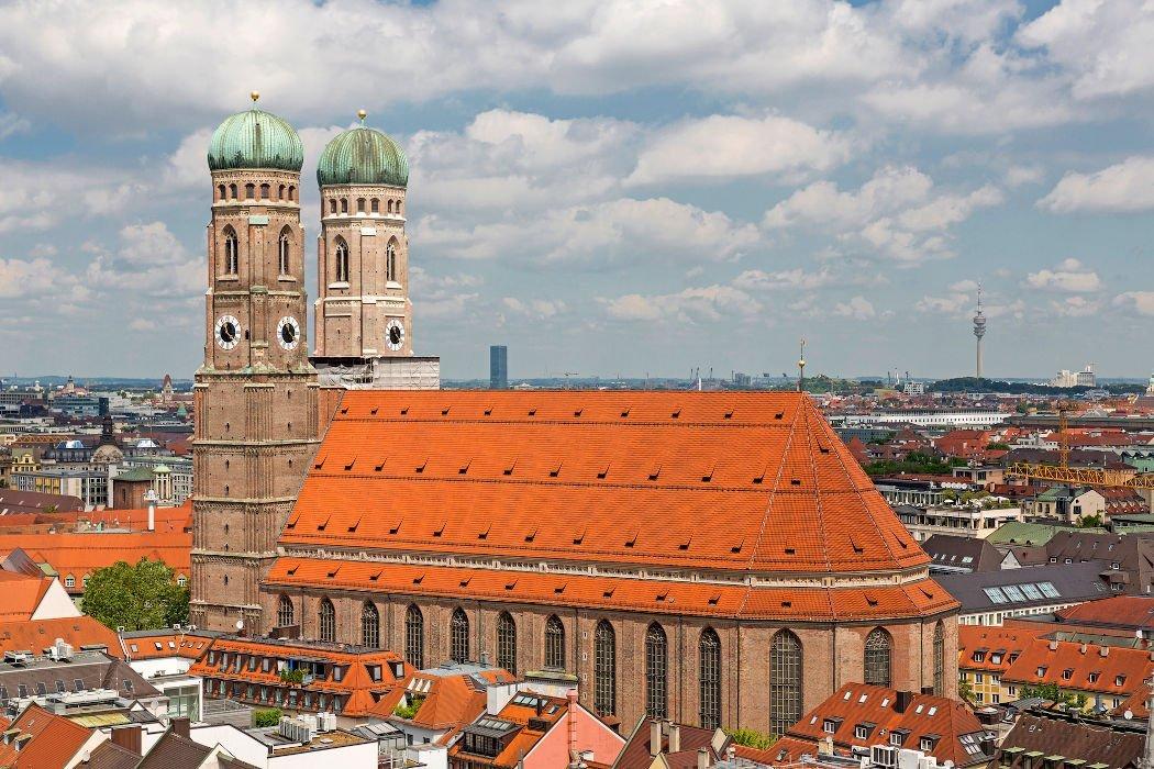 Die Frauenkirche mit ihren zwei Türmen mitten in München