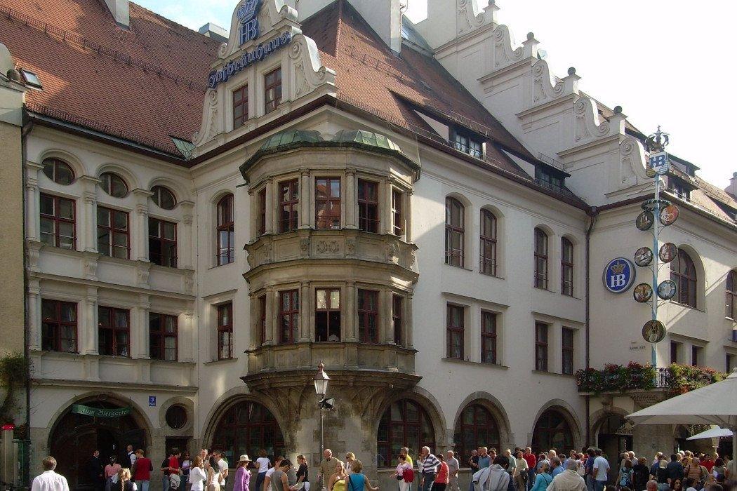 Blick auf Stadthaus in Fußgängerzone