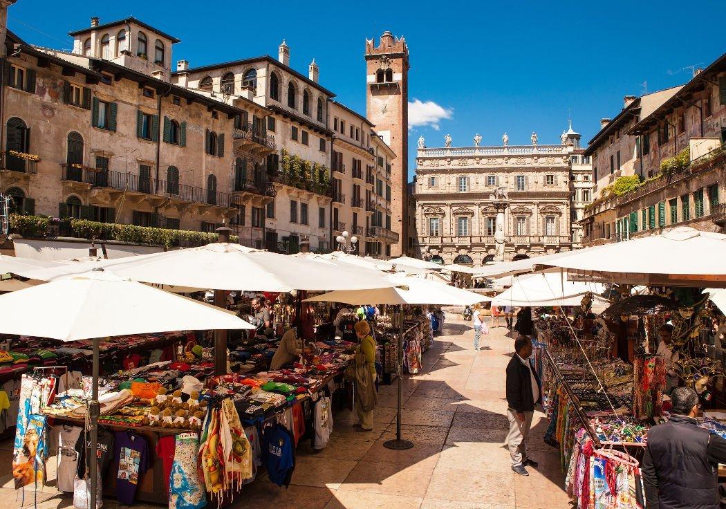 Marktstände mit Häusern im Hintergrund