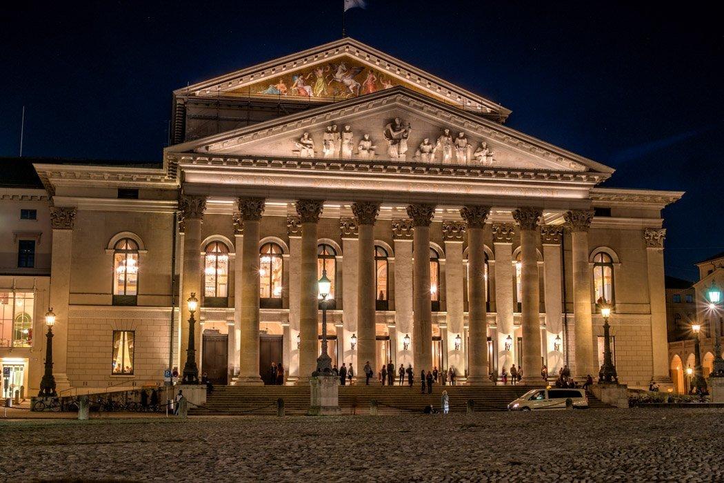Die Münchner Staatsoper bei Nacht