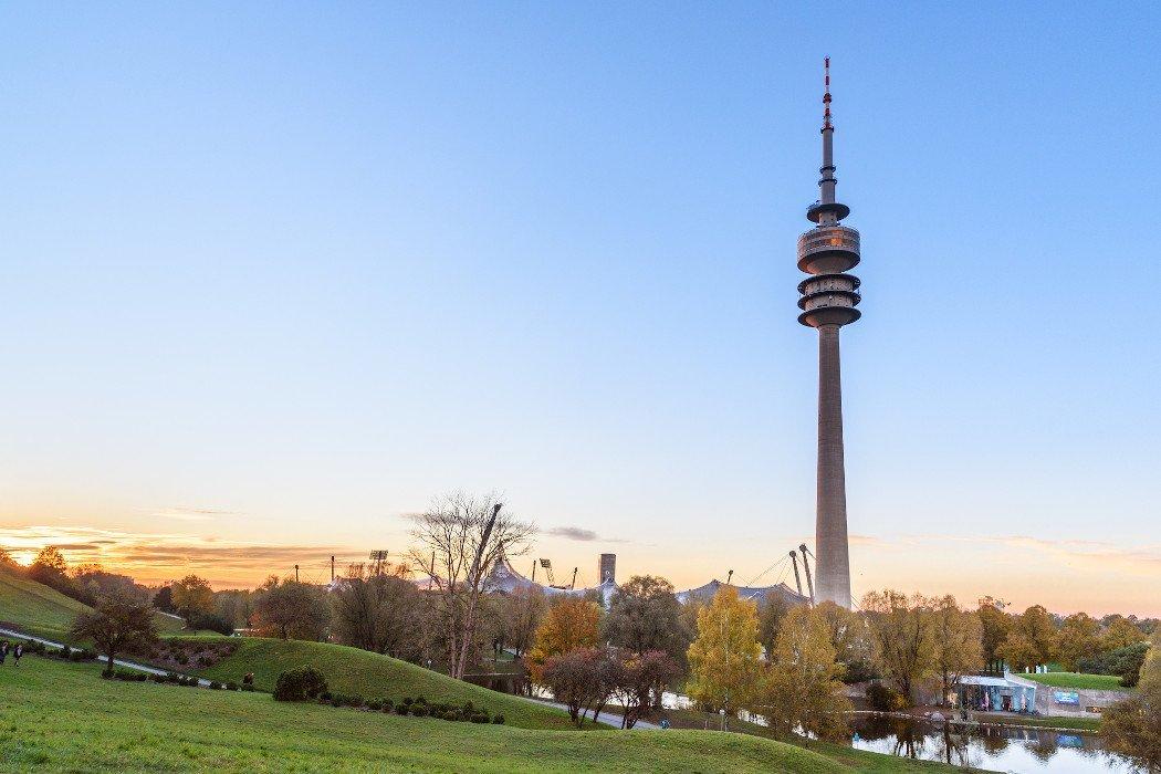 Der Olympiaturm in München im Park