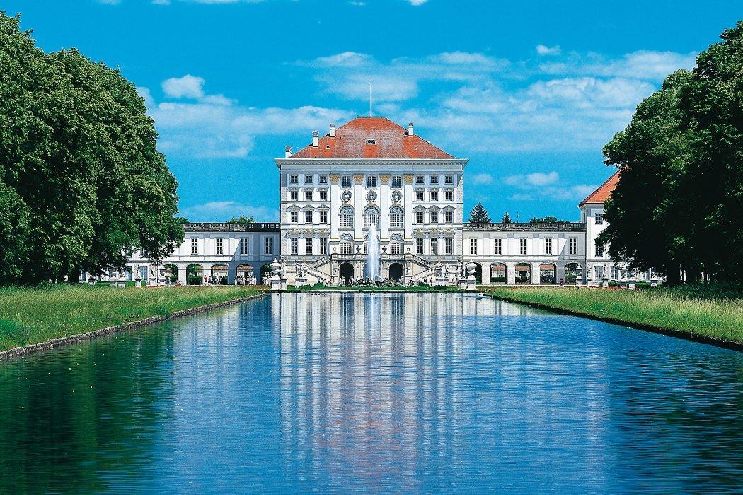 Weißes Schloss mit großem See davor