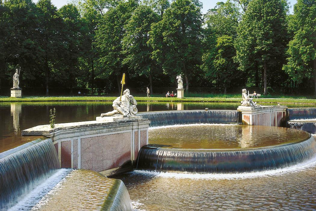 Brunnen mit Statuen und Wasserfall