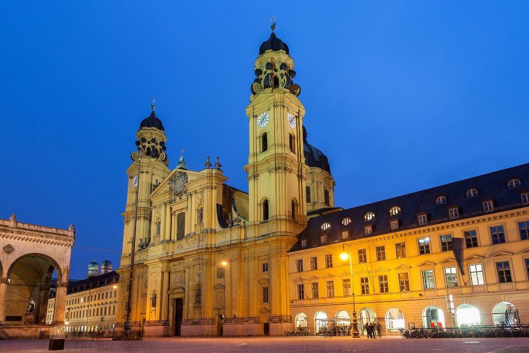 Abendfoto von der Theatinerkirche in München