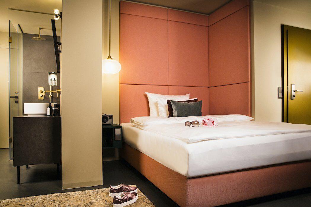 Hotelzimmer Bett und Bad