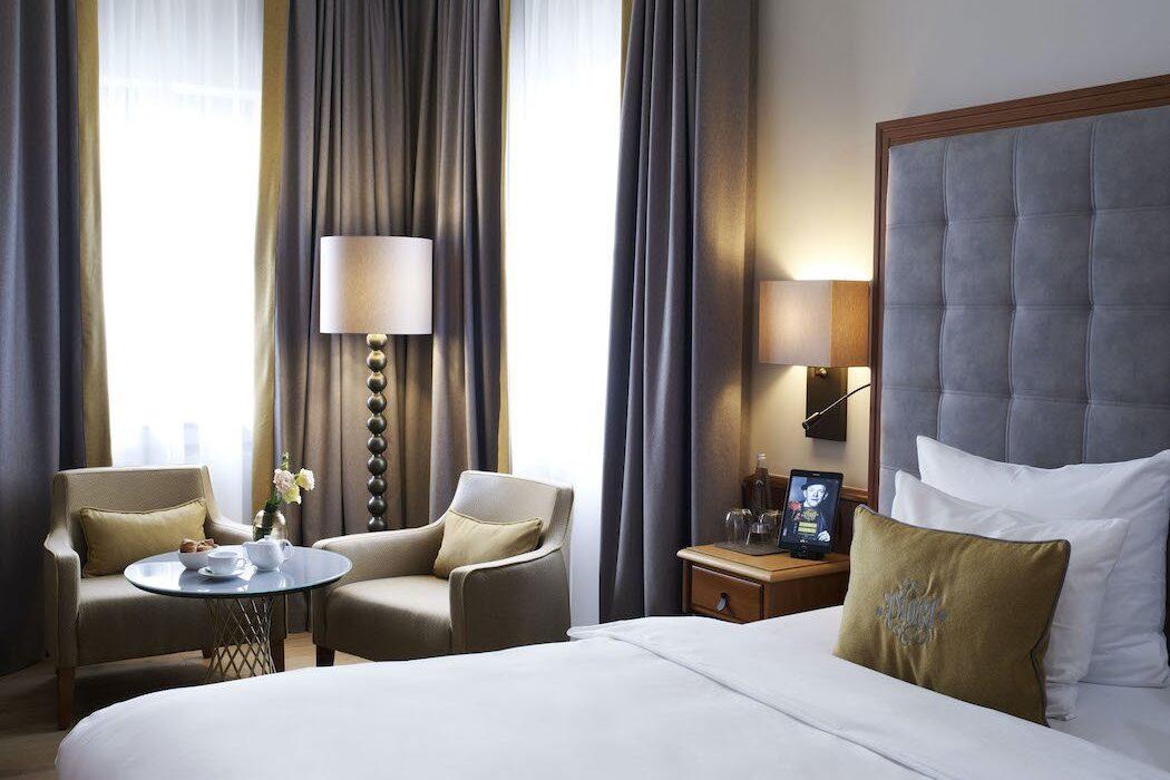 Hotelzimmer mit Doppelbett und dunklen Tönen