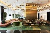Hotellobby mit modernen Sofas und Lampen