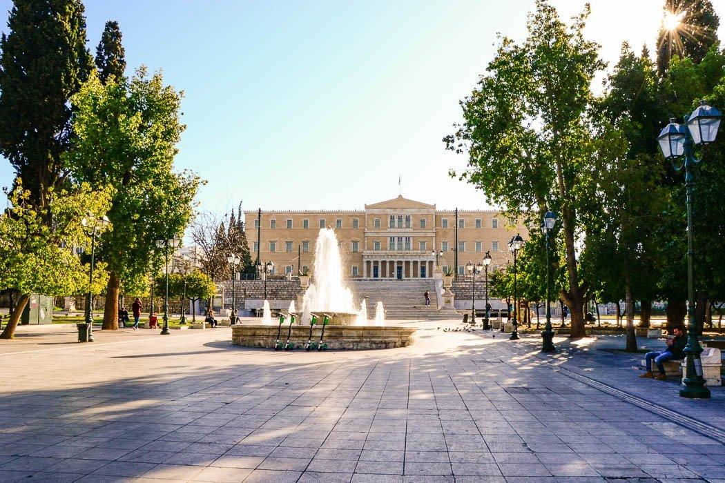 Platz mit Springbrunnen und Palast im Hintergrund