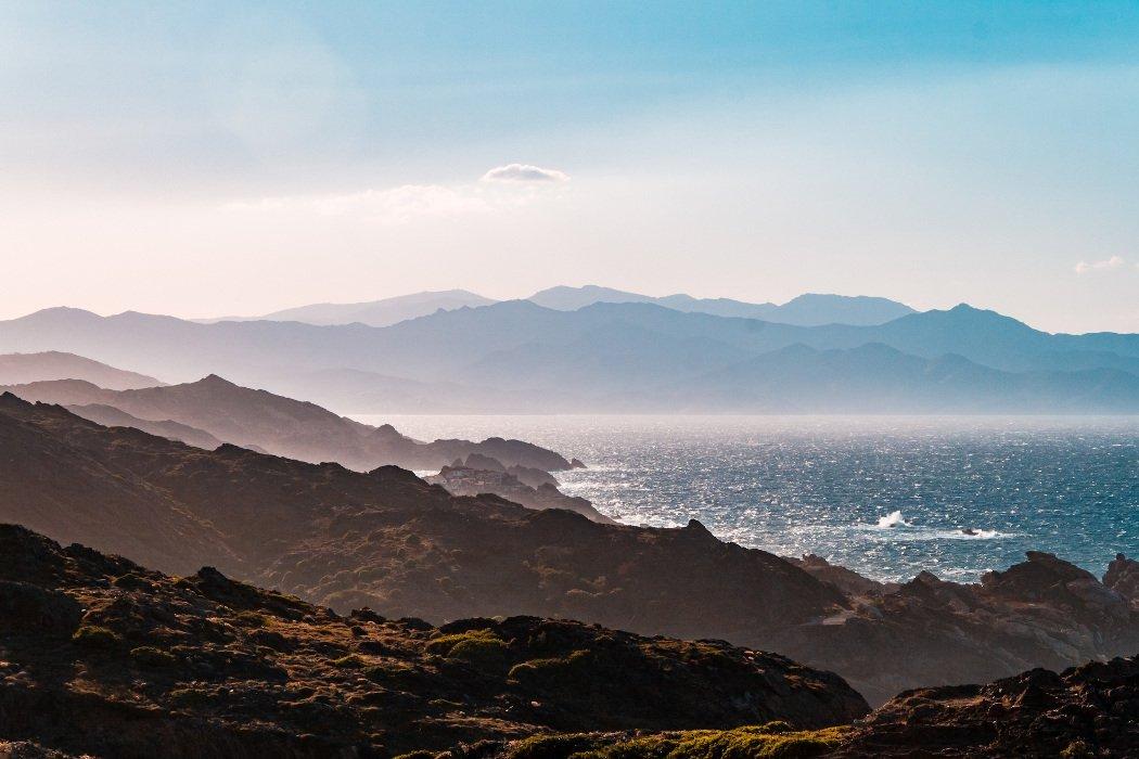 Blick auf zerklüftete Bucht