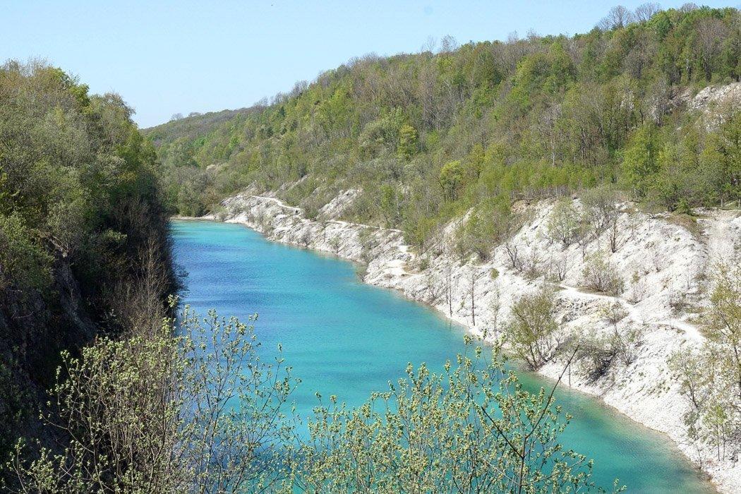 Canyon mit Wasser und weißen Felsen