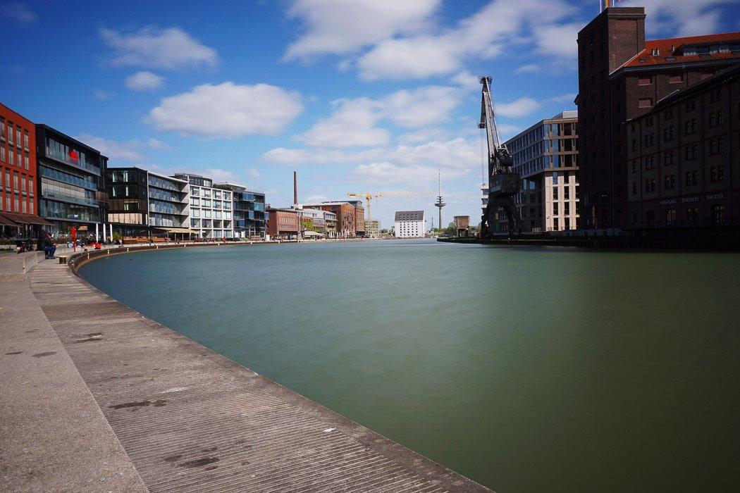 Wasser mit Promenade und Gebäuden