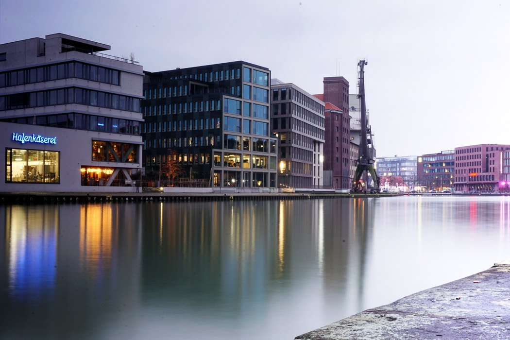 Blick auf Wasser mit Gebäuden im Hintergrund