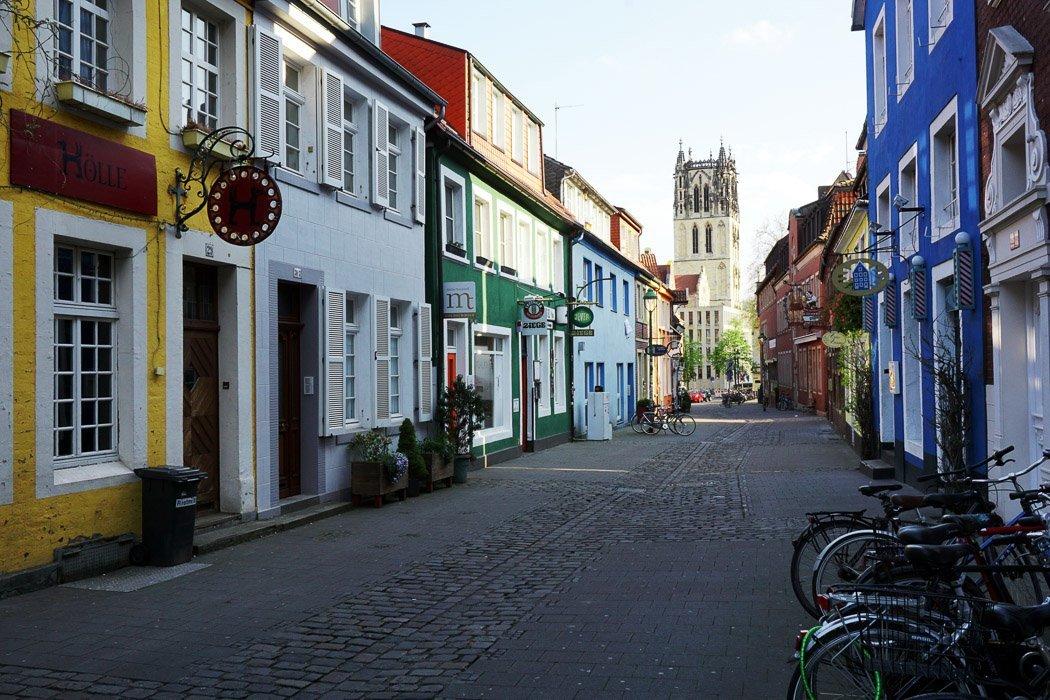 Straße mit kleinen Häusern und Kopfsteinpflaster