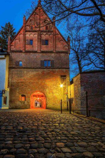 Mittelalterliches Haus bei Nacht