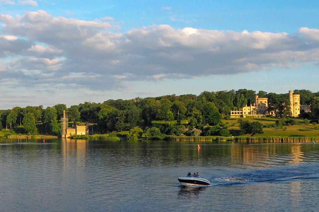 Blick auf Wasser und Schloss