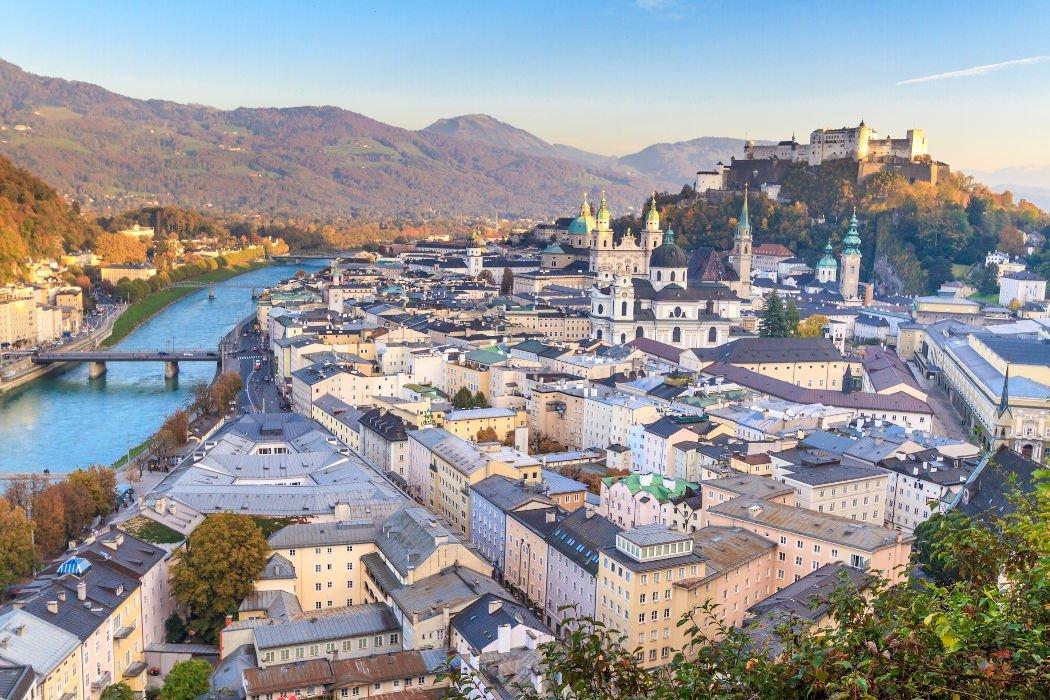 Blick auf die Altstadt von Salzburg und Berge