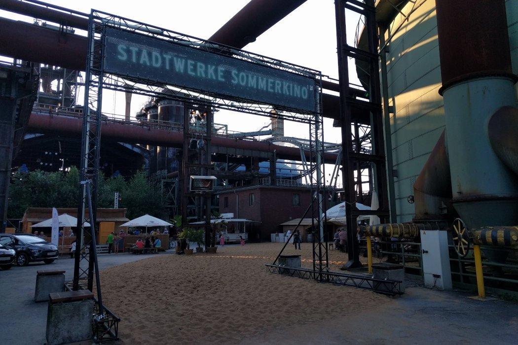 Sommerkino mit Sand in Industrieanlage