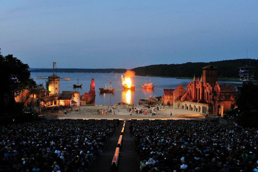 Bühne bei Nacht mit Explosion und Schiffen