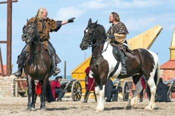 Zwei Pferde mit Reitern auf Bühne