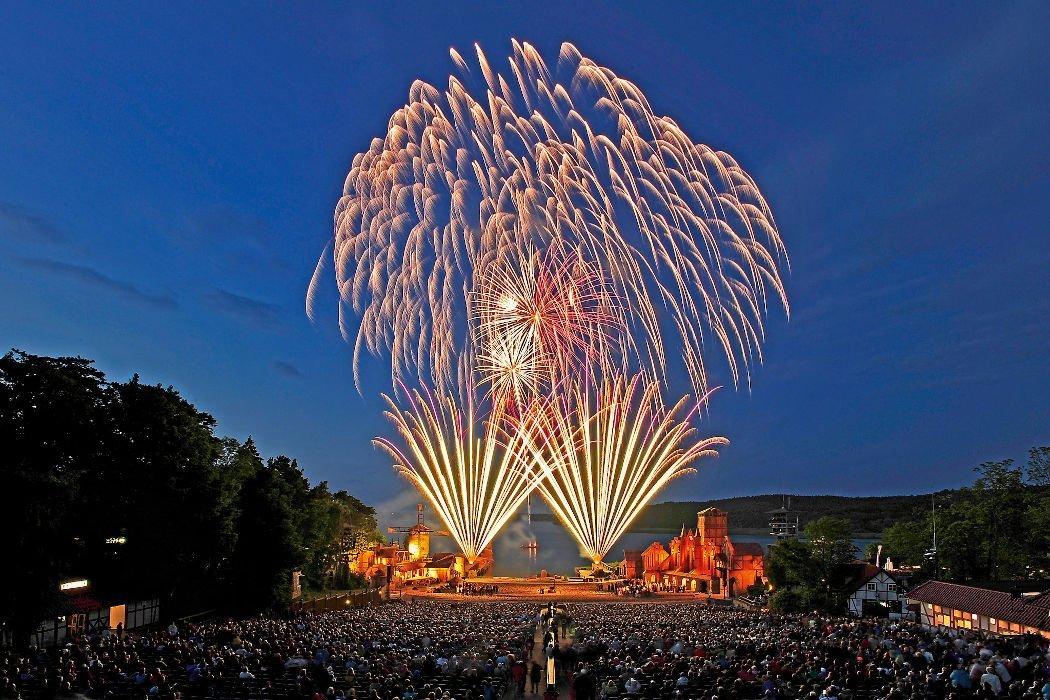 Feuerwerk über Bühne