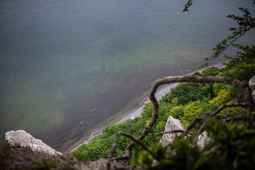Abgrund mit Meer und Strand in der Tiefe