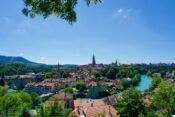 Die Aare schlängelt sich um die Berner Altstadt
