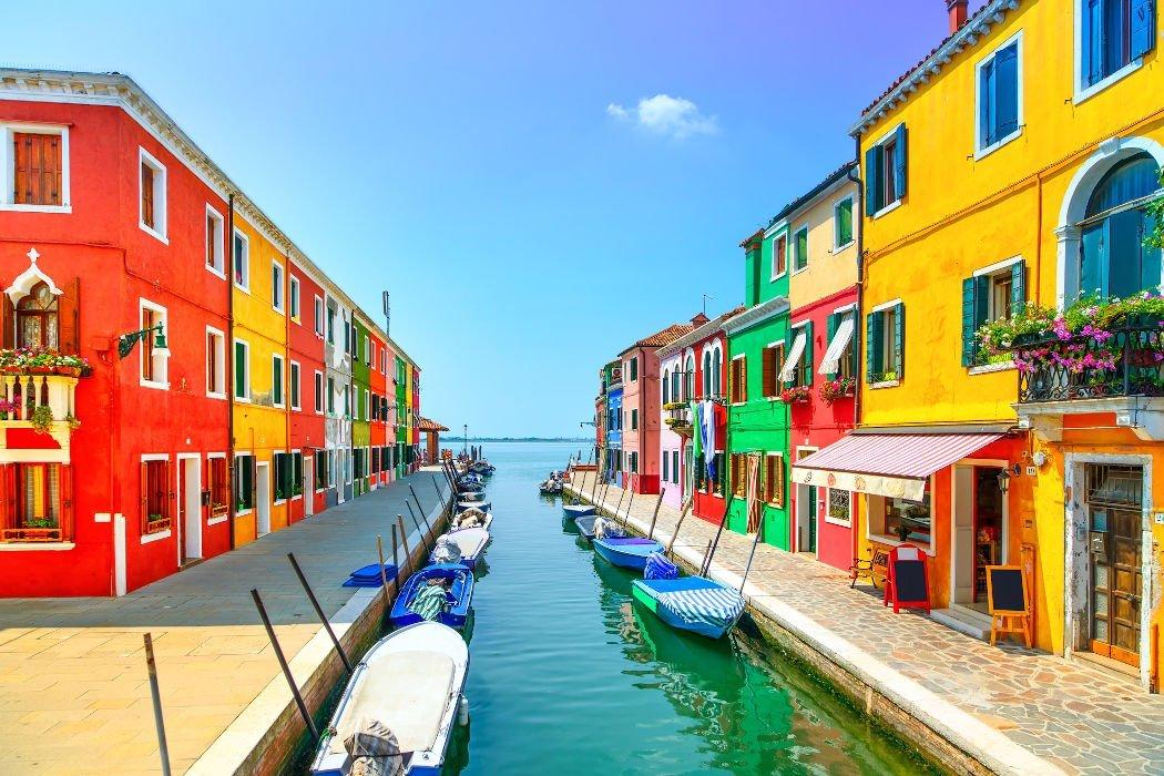 bunte Häuser an Kanal