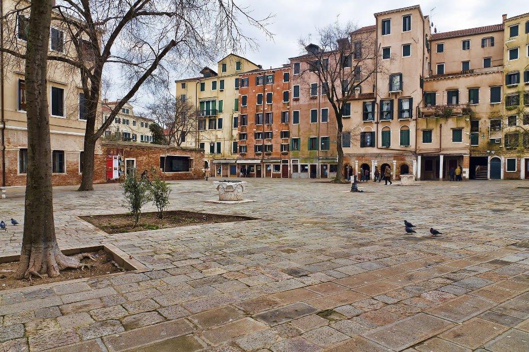 Leerer Platz umgeben von Häusern