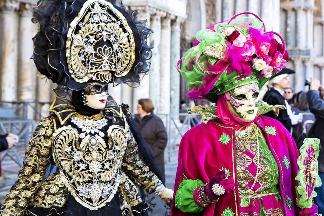Aufwendige, bunte Karnevalskostüme und Masken