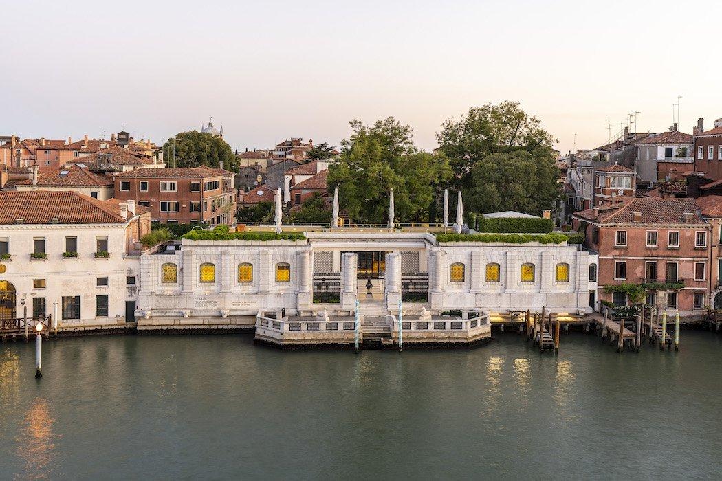 Weißes Gebäude am Wasser