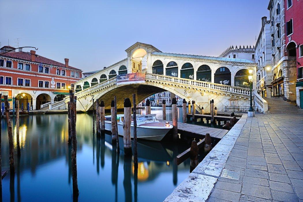 Rialtobrücke in Venedig im Morgengrauen