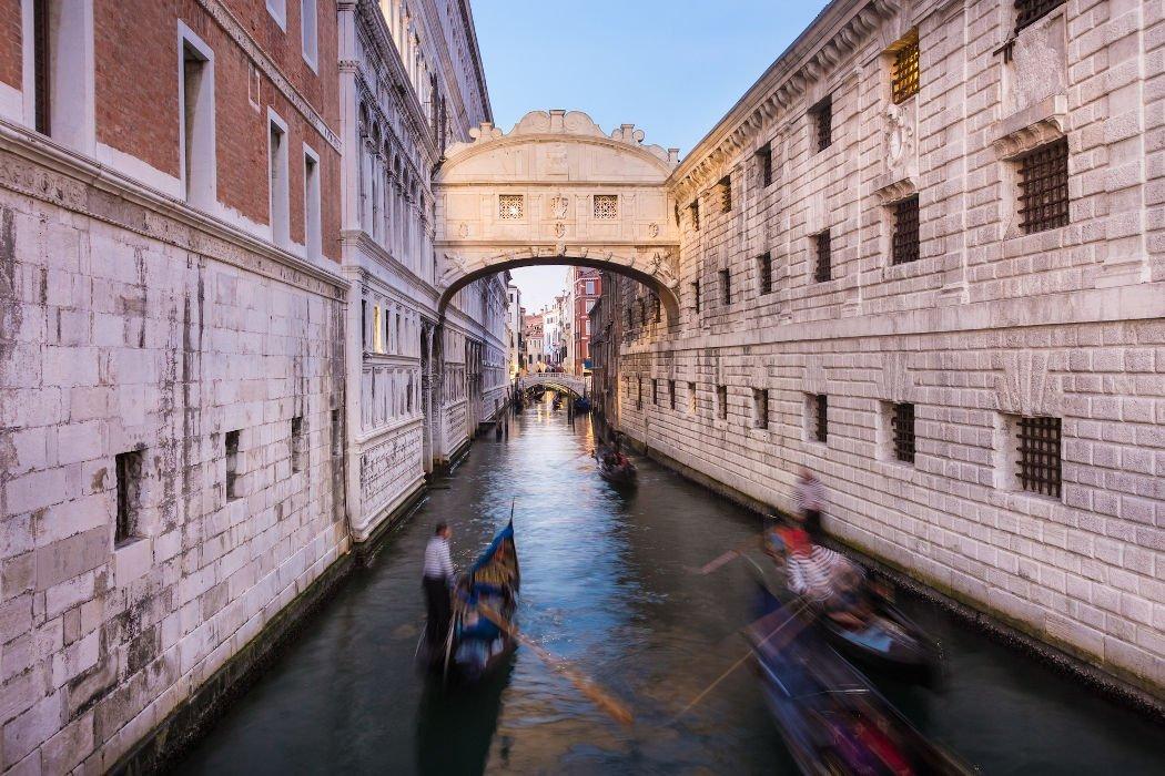 Brücke zwischen zwei Gebäuden über Kanal