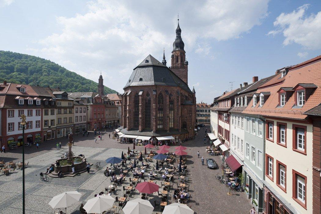 Blick auf die Heiliggeistkirche und den Heidelberger Marktplatz