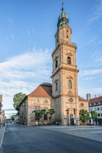 Hugenottenplatz mit der Hugenottenkirche